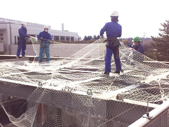 屋上構造鉄骨吹抜けの防護ネットの施工
