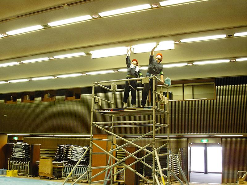 移動式組立足場を使用した照明器具清掃