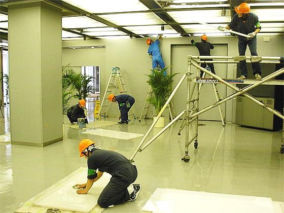 移動式組立足場と脚立を使用した照明器具清掃