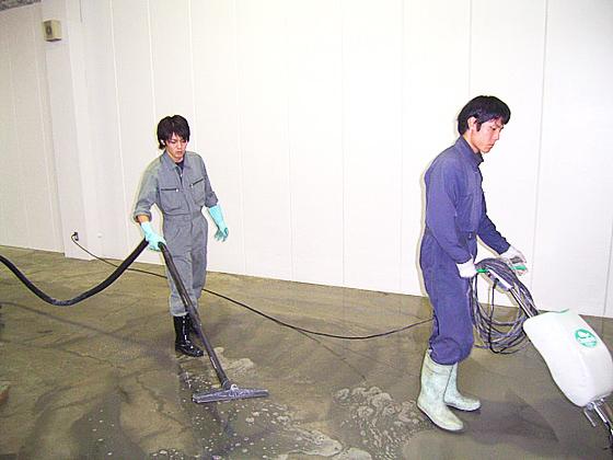 床面洗浄クリーニングの様子